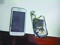 都匀男子打完电话后手机爆炸 碎片击穿木地板