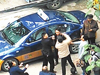 撞倒妇女下车处理却遭路人耳光 的哥:要求道歉